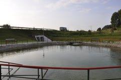 Kurgazak στην περιοχή Salavat, Bashkortostan στη Ρωσία 1 Αυγούστου 2017 Ορυκτό ελατήριο και Stream SPA θεραπευτικά νερό και θέρετ Στοκ Φωτογραφίες