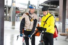 Kurier-Delivery Men With-Fahrräder unter Verwendung Digital Lizenzfreies Stockbild