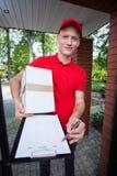 Kurier, der ein Dokument auf Klemmbrett zeigt lizenzfreie stockbilder