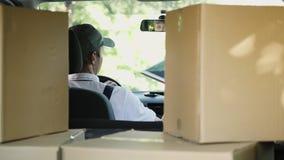 Kurier und Auto voll von Paketen stock video footage