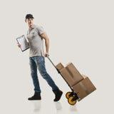 Kuriera handcart ciągnienia pakunki i pudełka obraz stock