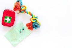Kurieren Sie Werkzeuge für Haustierkatze und -hund mit Spielwaren für Behandlung im Pflegensatz auf weißem Draufsichtmodell des H Stockbilder