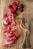 Kurierte Fleisch- und Weinlesegabeln auf strukturiertem hölzernem Hintergrund Stockbild