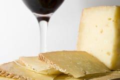 Kurierter Manchego Käse und Wein Stockbild