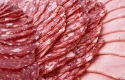 Kuriertes Fleisch auf feierlicher Tabelle Stockfoto