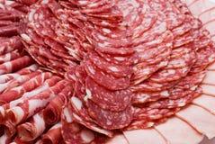 Kuriertes Fleisch auf feierlicher Tabelle Stockbild