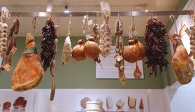 Kuriertes Fleisch und Salami im italienischen Speicher Stockfotos