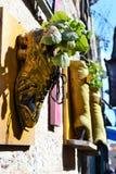 Kuriositeter i tunnlandet, Akko, kängor och skor, handväskor, som blomkrukor, yttre design och garnering, i Israel royaltyfria bilder