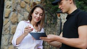 Kurir Delivering Pizza Kvinna som mottar matpacken nära hem stock video