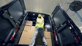 Kurir Delivery Sändningsleverans och avlastning av arbetaren lager videofilmer