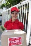 kurir som levererar leveranspacken Royaltyfri Bild