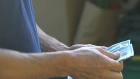 Kurir som räknar pengar som mottas för jordlottleveransen, internationell sändnings arkivfilmer