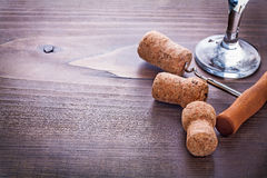 Kurketrekker in cork van champagne wordt verdraaid die en Stock Afbeeldingen