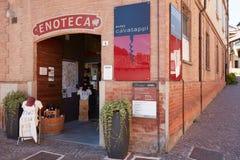 Kurketrekkermuseum, wijnwinkel en oude straat in Barolo, Italië Stock Foto