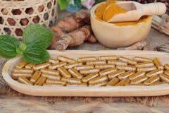 Kurkumapoeder met kurkumacapsules voor gezondheid Stock Afbeelding