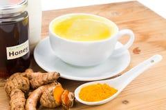 Kurkumawortels met melk en honingsdranken voor schoonheid en gezondheid Stock Fotografie