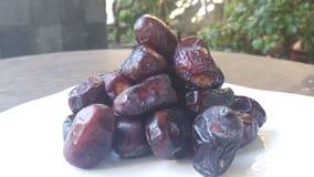 Kurma torkas g?mma i handflatan frukt, en typisk mellanm?lmat av ramadhan som ?tas i den fasta m?naden royaltyfria foton