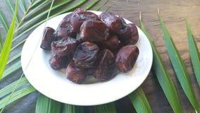 Kurma torkas g?mma i handflatan frukt, en typisk mellanm?lmat av ramadhan som ?tas i den fasta m?naden royaltyfri fotografi