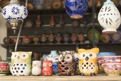 Kurnas湖,海岛克利特,希腊, - 2017年6月8日:与希腊手工制造纪念品的架子-五颜六色的陶瓷杯子和板材机智 免版税库存照片