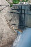 Kurobe fördämning med regnbågen Arkivfoton