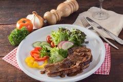 Kurobuta猪排牛排和菜在木桌上 图库摄影