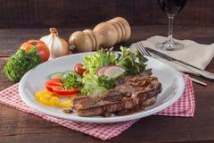 Kurobuta猪排牛排和菜在木桌上 免版税库存图片