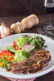 Kurobuta猪排牛排和菜在木桌上 库存图片