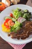 Kurobuta猪排牛排和菜在木桌上 免版税库存照片