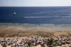 Kurort plaża z koralowym rief Obrazy Royalty Free