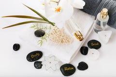 Kurorttherapiezusammensetzung Brennende Kerzen, Steine, Tuch, abstrakte Lichter lizenzfreie stockfotografie