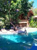 Kurortu basen i willa Zdjęcie Royalty Free