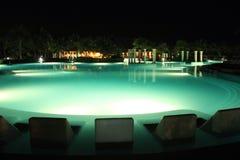 Kurortu basen przy nocą Obrazy Royalty Free