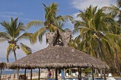 Kurortu palapa z drzewkami palmowymi Obrazy Stock