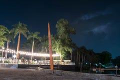 Kurorty przeglądają blisko plaży podczas nocy z światłami, natura, piasek z i i jasnym nocnym niebem i gwiazdami zdjęcia royalty free