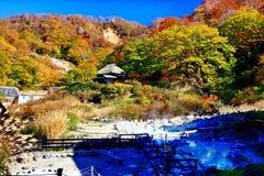 Kuroyu famoso onsen a mola quente durante o outono em Nyuto Onsenkyo imagens de stock royalty free
