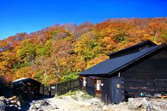 Kuroyu famoso onsen a mola quente durante o outono em Nyuto Onsenkyo fotografia de stock royalty free