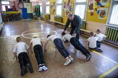 Kurs av fysisk utbildning av barn av elementära kvaliteter in royaltyfri bild