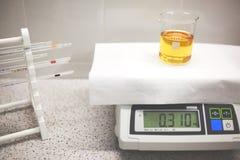 Kurs chemiczna reakcja w szklanym laboranckim naczyniu z uczestnictwem katalizator zdjęcia stock
