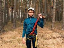 Kurs för repstadhinder på träd för tonår arkivbilder