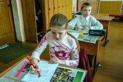 Kurs i grundskola för barn mellan 5 och 11 år i den Kaluga regionen (Ryssland) Arkivfoto
