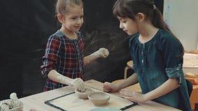 Kurs på att modellera för lera är den lilla systern för två små flickor förlovad, i att modellera av lera arkivfilmer