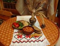 Kurs piec fasole z kiszonymi ogórkami, pomidorami i kapustą, zdjęcia royalty free