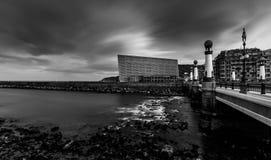 Kursaal centrent des beaux-arts en noir et blanc, donostia, Espagne Photos libres de droits