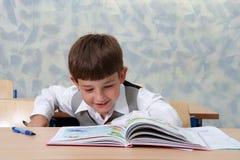 kursavläsningsschoolboy Arkivbilder