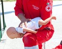 Kursen av första hjälpen med behandla som ett barn - dockan Royaltyfri Bild