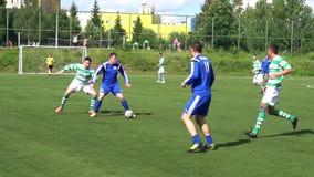 KURSK, RÚSSIA - 3 DE JULHO: fósforo de futebol das equipes do amador do campeonato filme