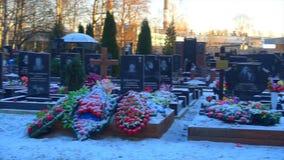 Kursk, Rusia, diciembre 1,2018 - cementerio de St Petersburg almacen de video