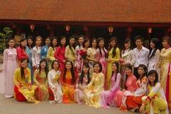 Kursteilnehmer in AO Dai am Tempel Lizenzfreie Stockbilder