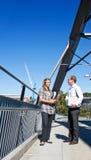 Kursteilnehmer auf Brücke Stockbilder