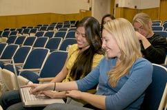 Kursteilnehmer auf Campus Stockfoto